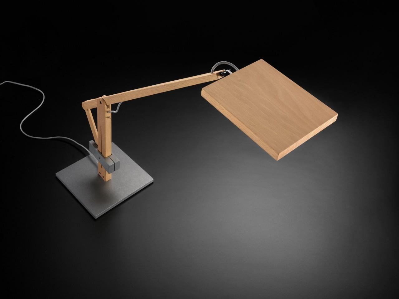 Drewniana lampa stołowa lawa idealna do biura