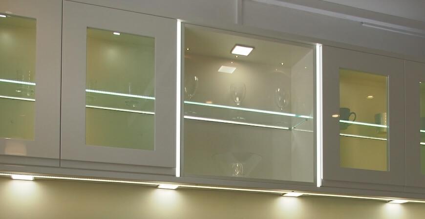 Jak zamontować oświetlenie LED w witrynie czy w przeszklonych półkach kuchennych?
