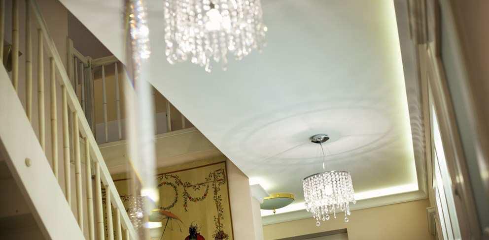 oświetlenie kryształowe holu